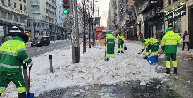 Recogida nieve borrasca Filomena en Gran Vía Madrid