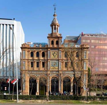 La fachada Centro comercial ABC Serrano que da al Paseo de la Castellana. Construida en 1926 por los arquitectos Aníbal González y Teodoro Anasagasti.